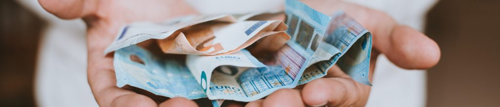 Hände mit Geldscheinen | Preise