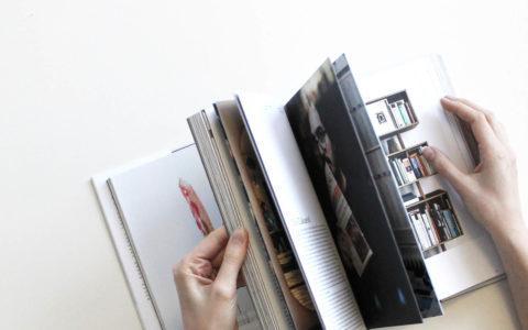 Aufgeschlagenes Magazin mit Frauenhänden
